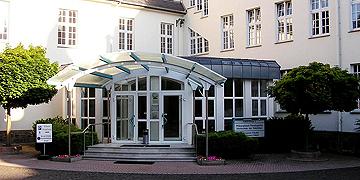 Haupteingang der PTHV - Philosophisch-Theologische Hochschule, Vallendar (Foto: Brehm)