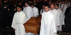 Studenten der Schönstatt-Patres tragen Pater Tilmann Beller auf seinem letzten Weg (Foto: Brehm)