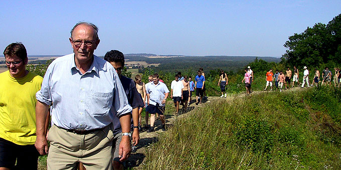 Paul M. Hannapel mit Jugendlichen auf Engling-Spuren unterwegs in der Nähe von Cambrai, Frankreich (Foto: Schönstätter Marienbrüder)
