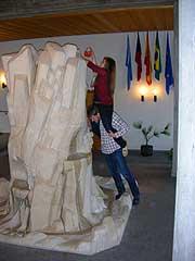 Teamarbeit bei der Ostereier-Suche im Foyer von Berg Moriah (Foto: Denkinger)