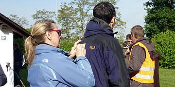 Die Pilger notieren für den Anliegen-Rucksack, für wen oder was sie gehen, ...  (Foto: Sr. Annetheresia Hahn)