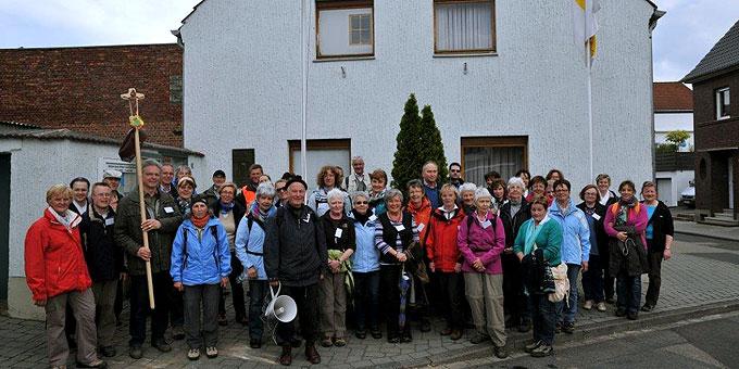 Zufriedene Gesichter: Ankunft am Geburtshaus von Josef Kentenich in Gymnich (Foto: Sr. Regina-Maria)