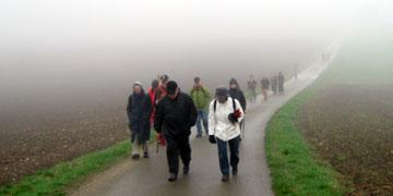 Die Pilger ließen sich vom wenig motivierenden Wetter nicht abschrecken (Foto: Susanne Schenk)