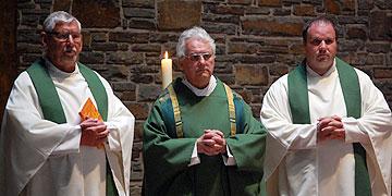 Hauptzelebrant: Pfarrer Georg Müller, Prediger: Pfarrer Jörg Schuh (r), Konzelebrant: Rektor Egon M. Zillekens (l) (Foto: Brehm)