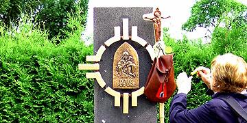 Anliegenzettel kommen in den Pilgerrucksack am Pilgerstab (Foto: Hahn)