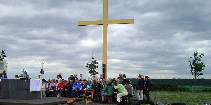 Gottesdienst beim Weltjugendtagskreuz auf dem Marienfeld (Foto: Hahn)