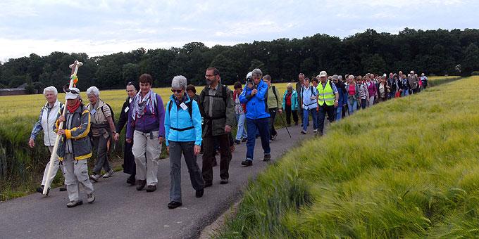 Mit 61 Pilgern beginnt der Weg. Gegen Ende sind es fast 100 (Foto: Schlömberger)