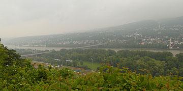 Regenschwaden hängen in der Luft über dem Rheintal - aber das Wetter hätte auch noch schlechter sein können (Foto: Menzenbach)