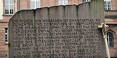 """""""Die Würde des Menschen ist unantastbar."""" Ein Pilgerweg, der von gesellschaftlichen Anliegen durchdrungen war (Foto: Menzenbach)"""