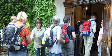 Eine offene Türe und Glockengeläut empfängt die Pilgerinnen am Urheiligtum  (Foto: Chanel)