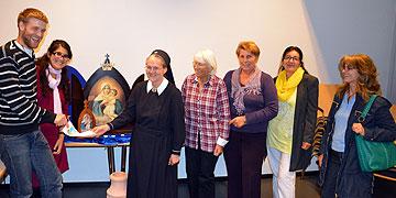 Die Hamburger Schönstattfamilie überreicht einen Gutschein für den Solidaritätsfonds (Foto: Projekt Pilgerheiligtum)
