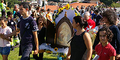 Jugendliche und ein Ehepaar tragen das geschmückte Bild der Gottesmutter von Schönstatt zur Krönungsfeier (Foto: B. Neiser)