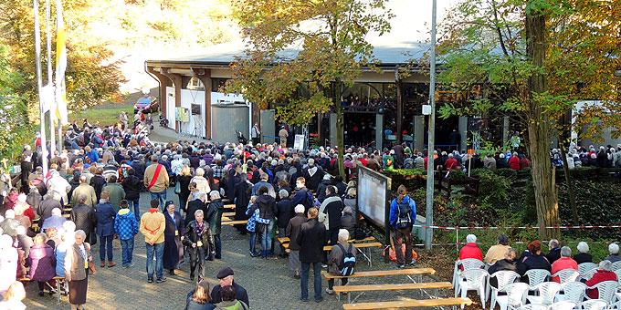 Eine größere Zahl von Teilnehmern konnte die Veranstaltung auf großen Monitoren außerhalb der Pilgerkirche mitverfolgen (Foto: Vilches)