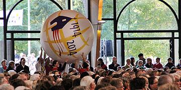 Eine große Kugel mit dem 2014-Logo wird hereingerollt (Foto: Grabowska)