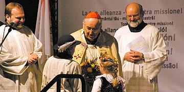 kinder überreichen Stanislaw Kardinal Rylko zur Begrüßung Blumen (Foto: Neiser)
