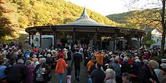 Ca. 3000 Menschen sind beim Jubiläumsauftakt in und um die Pilgerkirche versammelt (Foto: Brehm)