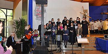 Die musikalische Gestaltung übernahmen ein Chor von Schwestern und ein AdHoc-Chor im Wechsel und gemeinsam (Foto: Baumann)