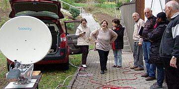 TITEL (Ob die Satellitenschüssel funktioniert? Aufbauarbeiten von Schönstatt-TV (Foto: SAL)