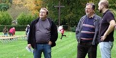 Spannend, ob alles hinkommt: Martin Heckenberger (von li) und Heinrich Brehm, Hauptorganisationsleitung und PressOffice Schönstatt, auf der Pilgerwiese beim Urheiligtum (Foto: SAL)