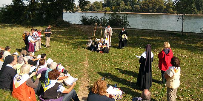 Ein Altar aus Rucksäcken am Rheinufer (Foto: Wehrle)