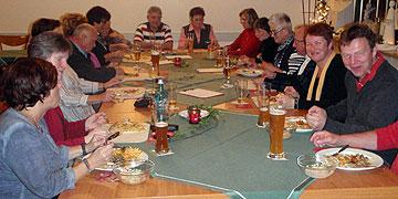 Abendliche Stärkung mit den Gastfamilien in Waldaschaff (Foto: Fella)
