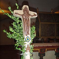 Das Pilgerkreuz am Sarkophag des Frankenapostels St. Kilian (Foto: Fella)
