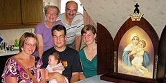 Die Königin der Neuevangelisierung Europas zu Besuch bei einer Familie (Foto: Metzler)