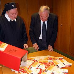 Bewegungsleiter Pater LKothar Penners zieht die Gewinner (Foto: Brehm)