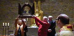 Olga und Alexej K., Russland, übernehmen das Bild der Pilgernden Gottesmutter (Foto: Kovalenko)