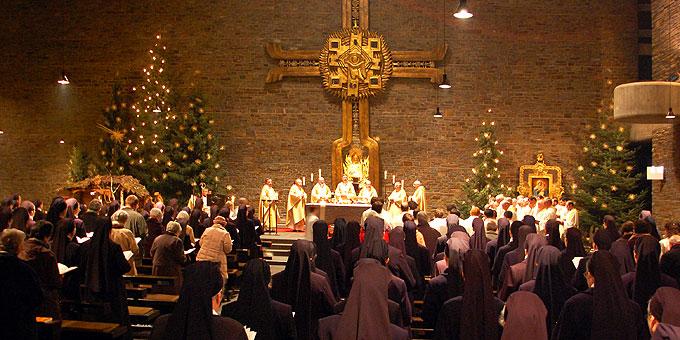 """Feierlicher Gedenkgottesdienst zum """"20. Januar"""" in der noch weihnachtlich geschmückten Dreifaltigkeitskirche auf Berg Schönstatt (Foto: Brehm)"""
