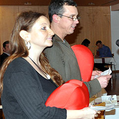 Melanie und Wolfgang Wussler moderieren den Abend (Foto: Baumann)