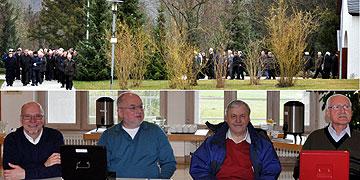 Begrüßungskomitee für die Männer, die mit einer Statio im Mitgründerheiligtum und beim Franz Rheinisch-Stein beginnen (Foto: SAL)