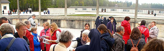 Weit über 400 Personen sind zu diesem Gedenktag in die KZ-Gedenkstätte Dachau gekommen (Foto: Kraus)