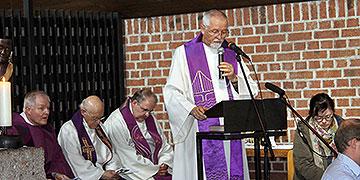 Pater Elmar Busse bei der Predigt in der Kirche des Karmelklosters auf dem Gelände der KZ-Gedenkstätte (Foto: Fischer)
