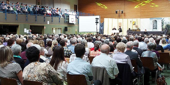 Die Breitwiesenhalle in Rottenburg-Ergenzingen ist bis auf den letzten Platz besetzt (Foto: Bay)