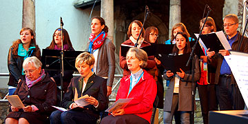 vorne v.l.: Gertraud Pöhlmann, Nürnberg, KDFB-Vizepräsidentin Dr. Gabriele Zinkl, Regensburg, Schw. M. Vernita Weiß, Oberkirch, hinten: Gesangsgruppe Musikamentes (Foto: Brehm)
