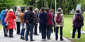 Die Künstlerin Maria Kies, München, führt eine Gruppe (Foto: Leybold)