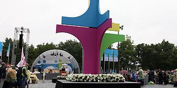 Gottesdienst zu Christi Himmelfahrt im Stadion der Universität mit einem dreidimensionalen Kreuz  (Foto: KT14 Plesker)