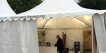 Während am Dom die Eröffnungsfeier stattfindet wird auf der Katholikentagsmeile überall aufgebaut (Foto: Brantzen)