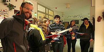 Eine Musikgruppe der misioneros besucht Menschen im Altenheim (Foto: Johannes Müller)