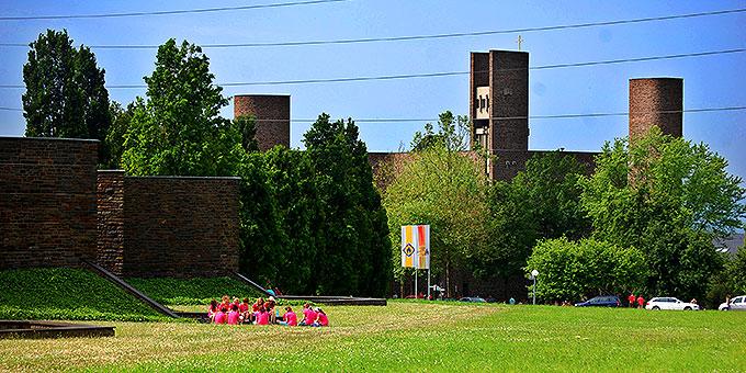 Samstag-Vormittag: Programm auf Berg Schönstatt in und um die Anbetungskirche (Foto: Brehm)