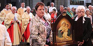 Zum Jubiläumsgottesdienst zog ein Bild der Pilgernden Gottesmutter von Schönstatt in den Xantener Dom ein (Foto: Meyer)