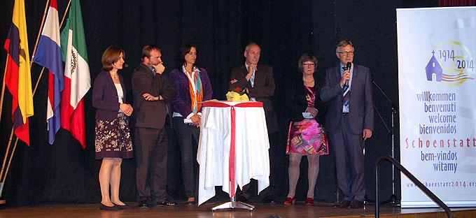 Moderatorin Simone Höhn; Pater Stephan Strecker, Team 2014; Jutta Schmidt-Eversheim, MANNS Ingenieure GmbH, Wirges, Fred Pretz, Bürgermeister; Ute Quintes, Verbandsgemeindeverwaltung; Dr.-Ing. Klaus Manns (Foto: Brehm)