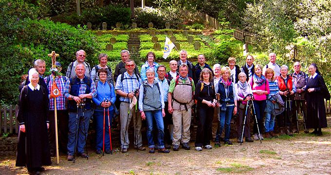 Die Pilgergruppe in der Nähe der Dörenther Klippen an einem Soldatenfriedhof  (Foto: Schulte)