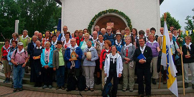 Die Pilgergruppe vor dem Schönstatt-Heiligtum in Dietershausen (Foto: Burkard)