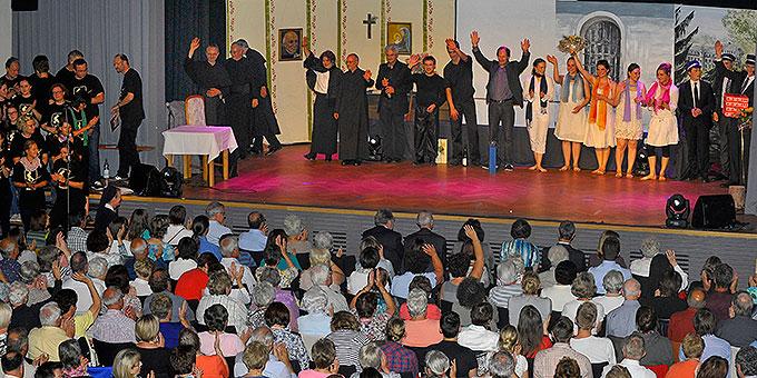 Die Musical-Truppe um Wilfried Röhrig (Bühnenmitte) am Ende der Aufführung (Foto: Kröper)
