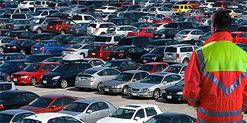 ... oder als Parkplatzanweiser, die Helfer werden jede Menge zu tun bekommen (Bild: Brehm)