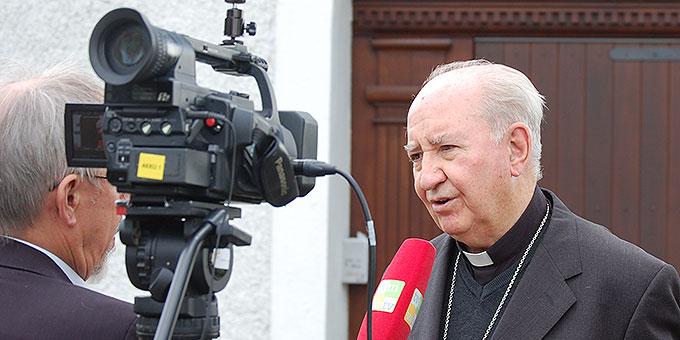Kardinal Errázuriz nach der Pressekonferenz zum Jubiläum 2014 im Interview mit verschiednen Medien  (Foto: Brehm)