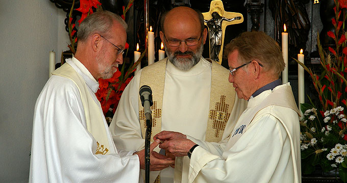 Schlüsselübergabe: Pater Marmann (r) übergibt den Schlüssel des Urheiligtums an Pater Bracht (l) (Foto: Neiser)
