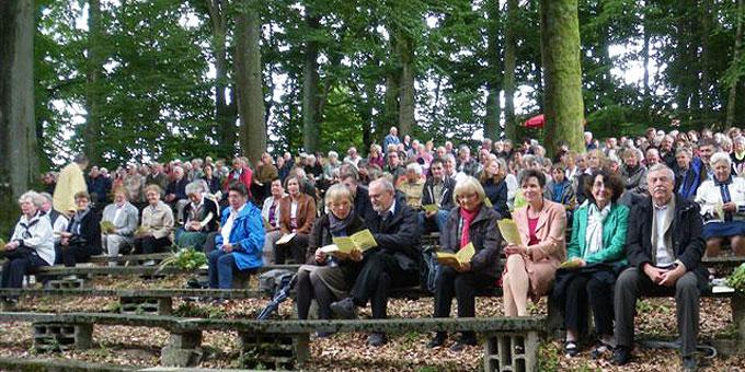 Jubiläumsgottesdienstteilnehmer in Kasing (Foto: Stetter)